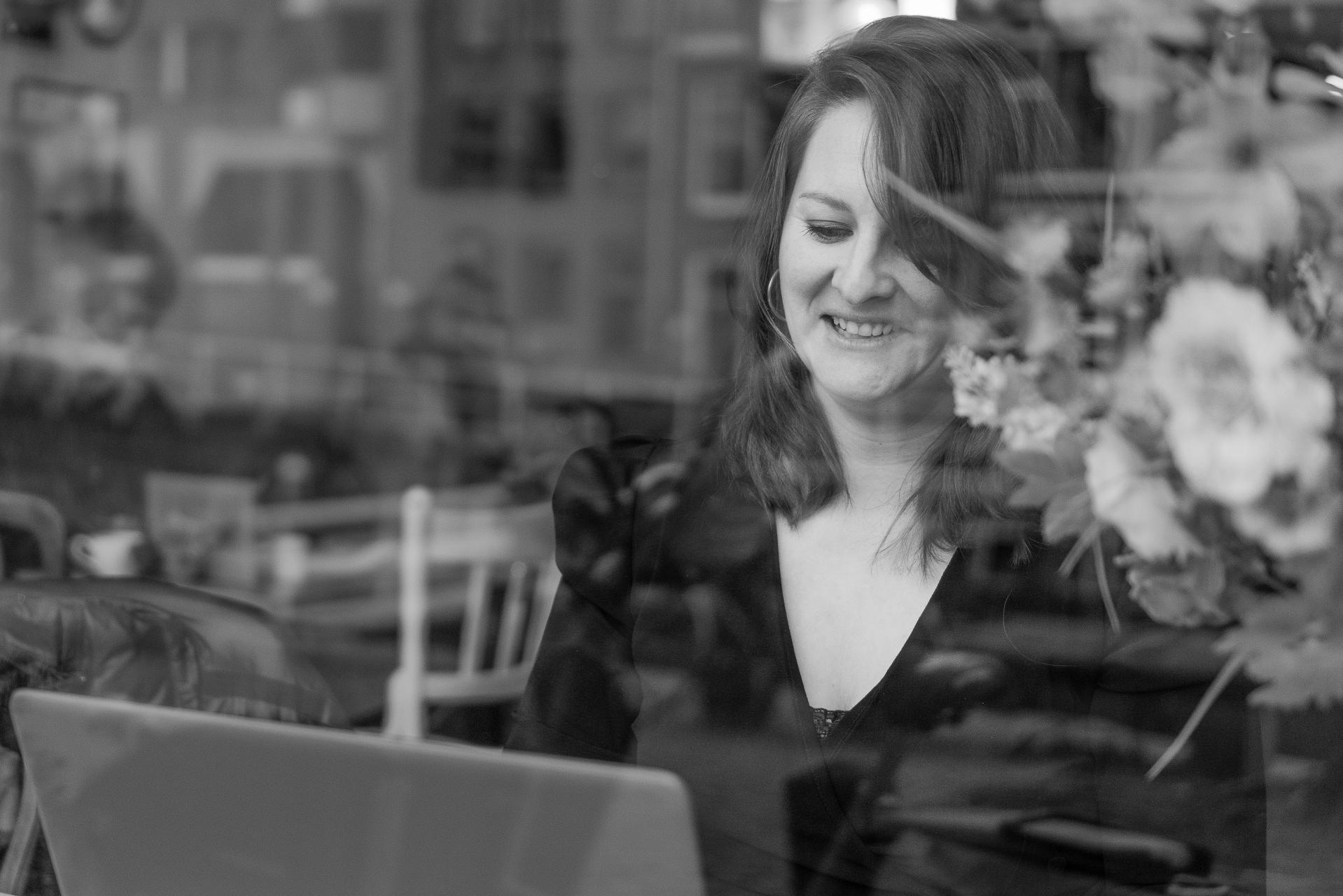 Virtual assistent Rianne van VraagAmber aan het werk